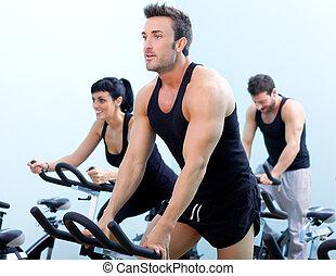 固定式, 旋轉, bicycles, 健身, 人, 在, a, 體操, 運動, 俱樂部