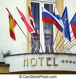 国民のホテル, 旗, 印
