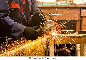 圓形的鋸子, 以及, a, 工人, 在, a, 努力, 工作