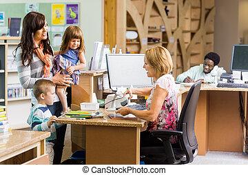圖書館管理員, 掃描, 書, 在, 圖書館, 計數器