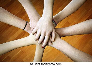 團結, 手