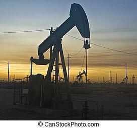 在上方, 油, 傍晚, 井架