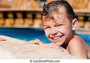 在水塘中的男孩