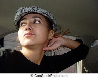 在汽車的女孩子