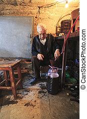 地下室, びん, 立つ, extracts, 古い, ワイン, 人
