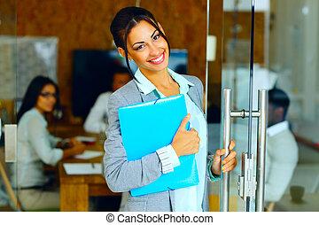地位, かわいい, オフィス, 女性実業家, 微笑, フォルダー