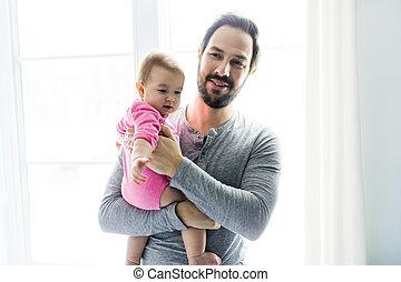 地位, かわいい, 大きい, 父, 若い, 窓。, 保有物の赤ん坊, 女の子, 幸せ