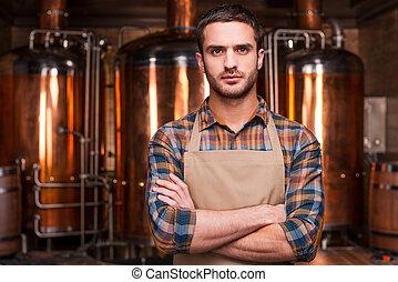 地位, エプロン, 保持, 醸造業者, brewer., 金属, 若い, 腕, 見る, 確信した, 間, カメラ, ...