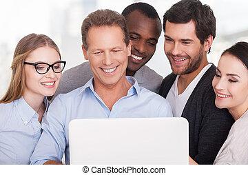 地位, グループ, ビジネス, work., 人々, ラップトップ, チーム, 創造的, 見る, 他, ウエア, それぞれ, 終わり, 偶然