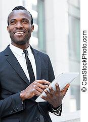 地位, タブレット, 仕事, tablet., 離れて, 屋外で, 若い, formalwear, 見る, 確信した, 間, ビジネスマン, デジタル, アフリカ, 微笑, 人
