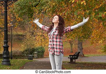 地位, ティーンエージャーの, 伸ばしている, 公園, 腕, 秋, 女の子