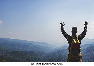 地位, バックパック, 若い, ハイカー, mountain., 上, 人