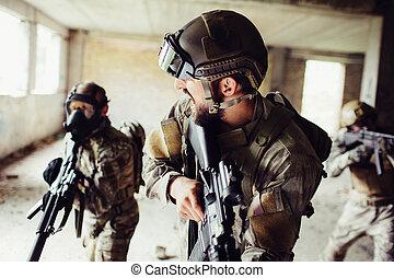 地位, パートナー, すべて, 彼の, すり減る, rifles., masks., forward., 男性, 彼ら, 背中, 司令官, 見る, 前部, soldiers., 保有物, 呼出し, 行きなさい, ユニフォーム, 人