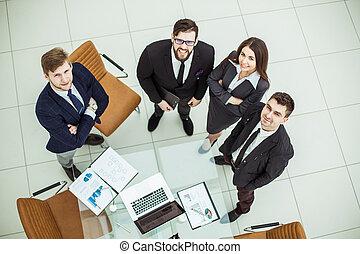 地位, ビジネス, の上, デスクトップ, 見る, チーム, 専門家