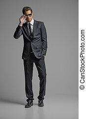 地位, フルである, サングラス, suit., 若者, 隔離された, 灰色, 確信した, 長さ, ビジネスマン