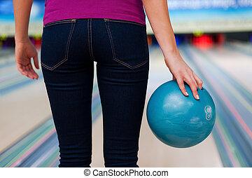 地位, ボール, player., 若い, に対して, 確信した, 間, 細道, 保有物, ボウリング, 光景, 後部, 女性