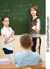 地位, 仕事, 解決, blackboard., 生徒, 学童, 教師, classroom.
