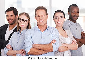 地位, 保持, グループ, ビジネス 人々, 腕, 朗らかである, 確信した, team., 他, 交差させる, ウエア, それぞれ, 終わり, 偶然