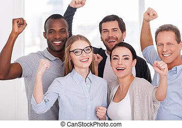 地位, 保持, グループ, ビジネス 人々, 腕, 朗らかである, team., 他, ウエア, それぞれ, 終わり, 上げられた, 偶然, 幸せ