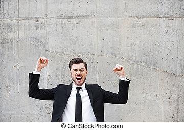 地位, 保持, 壁, positivity, 若い, winner., 腕, コンクリート, 間, に対して, 表現, 上げられた, 人, 毎日, formalwear, 幸せ