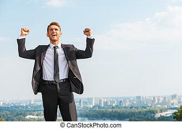 地位, 保持, 表現, ビジネス, positivity, 若い, winner., 腕, 間, formalwear, 背景, 屋外で, 都市の景観, 上げられた, 人, 幸せ