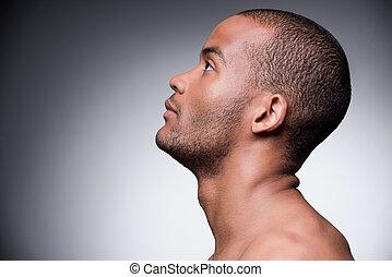 地位, 信頼, の上, shirtless, 灰色, に対して, 若い見ること, 間, 背景, アフリカ, masculinity., 光景, 側, 人