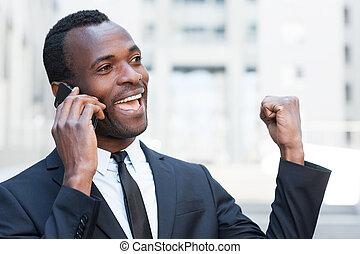 地位, 偉人, 話し, モビール, positivity, 屋外で, 若い, formalwear, 電話, 間, news!, 表現, アフリカの男, 幸せ