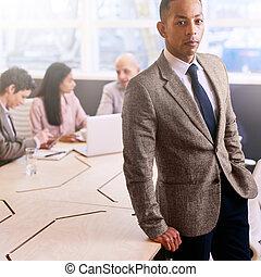 地位, 同僚, 彼の, ビジネス, 屋内, 専門家, 前部, ビジネスマン