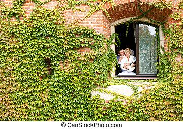地位, 壁, どこ(で・に)か, 恋人, ツタ, 窓, 結婚式, カバーされた, 開いた, 光景