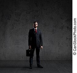 地位, 壁, 上に, 暗い, バックグラウンド。, ビジネスマン