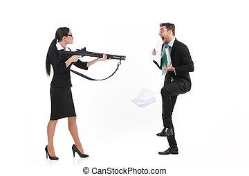地位, 女性の指すこと, 上に, 銃, バックグラウンド。, 人, ∥間に∥, 白, 口論, サイド光景
