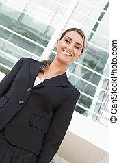 地位, 女性実業家, 微笑, 屋外で