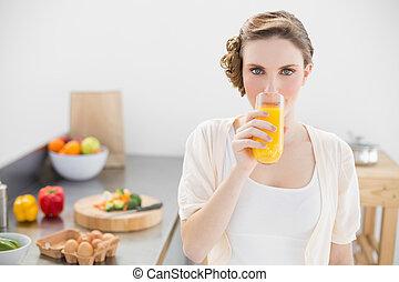地位, 女, 彼女, ガラス, 見る, ジュース, カメラ, 素晴らしい, オレンジ, 飲むこと, 台所