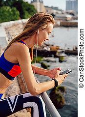 地位, 女, 波止場, ヘッドホン, フィットネス, 使うこと, smartphone