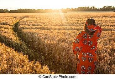 地位, 女, 穀物, 伝統的である, フィールド, 日没, アフリカ, ∥あるいは∥, 日の出, 衣服