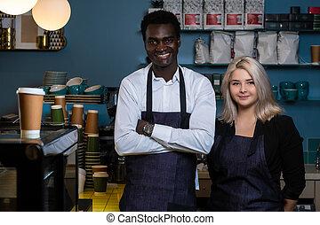 地位, 店, コーヒー, 2, 若い, 多人種である, ∥(彼・それ)ら∥, welcomingly, 最新流行である, エプロン, baristas