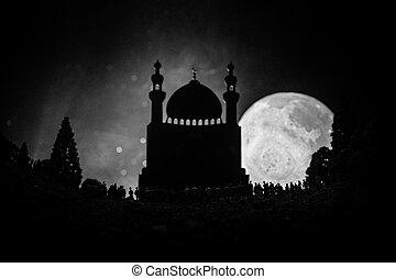 地位, 建物, 強くされた, シルエット, 群集, 人々, ライト, 夜, モスク, ramadan, に対して, ぼんやりさせられた, 大きい, バックグラウンド。, 森林, ビーム, 霧が濃い, kareem