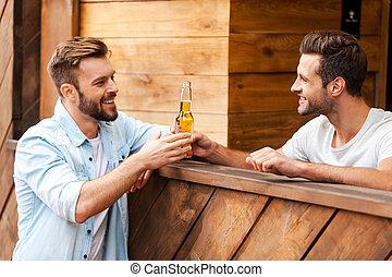 地位, 彼の, バーテンダー, beer!, 寄付, カウンター, 若い, ここに, ビール, 間, クライアント, びん, バー, あなたの, 幸せ