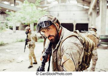 地位, 戦士, 彼, 彼の, のまわり, 点検, まっすぐに, 男性, 2, 見る, 他, 黒, 集中される, ライフル銃, 深刻, forward., hands., 建物。