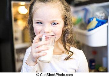 地位, 白, 若い, ガラス, 間, 飲むこと, refrigerator., 前部, 新たに, 女の子, 開いた, ミルク