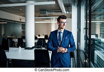 地位, 肖像画, ビジネスマン, 若い, オフィス。