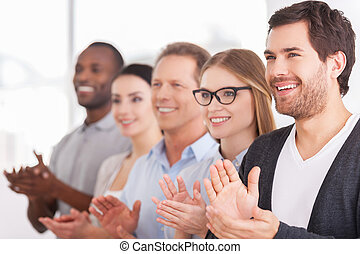 地位, 誰か, グループ, ビジネス 人々, 拍手喝采する, innovations., 朗らかである, 間,...
