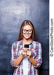地位, 黒板, 電話, に対して, 若い, 朗らかである, 電話, 間, crib., 保有物, 微笑, 女性