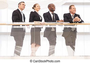 地位, 4, 角度, ビジネス 人々, 離れて, 朗らかである, team., 他, 低い, それぞれ, 終わり, 見る, 光景