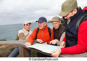 地図, グループ, ハイキング, 人々, 見る, 日