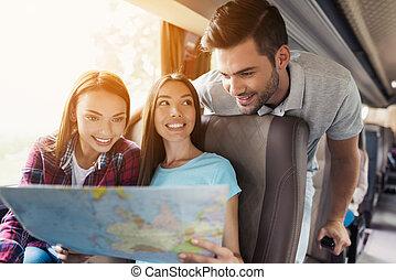 地図, 見なさい, upcoming, どこ(で・に)か, next., 観光客, 旅行, 選びなさい, 彼ら, 行きなさい, smile., 論じなさい