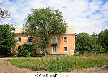 地形, 前院, 在中, a, 房子, 同时,, 树