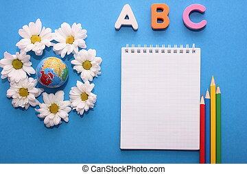 地球, 小さい, 背景, 別, 学びなさい, アルファベット, chrysanthemums., text., 手紙, abc-the, languages., 次に, 英語, 青いノートブック, 色, 最初に, 白, 鉛筆, スペース, 外国である