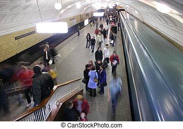 地鐵, 人群