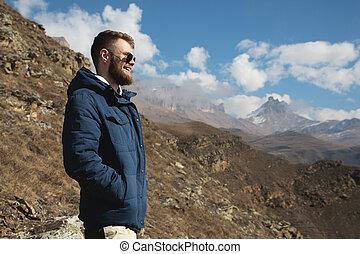 坂, 山, 概念, サングラス, 立つ, 山, ジャケット, に対して, 岩, 下方に, 情報通, 背景, 見つけること, 旅行者, 叙事詩, smiles., 幸福